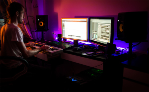 picture of emb0re working in his little 'home studio'